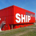 Ben je nieuwsgierig naar de bouw van de grootste zeesluis van de wereld? Wil je meer weten over het Noordzeekanaalgebied en de activiteiten in de havens van Amsterdam, Zaanstad, Beverwijk en IJmuiden? Heb je interesse in ontwikkelingen op het gebied van innovatie en duurzaamheid in de bedrijven langs het Noordzeekanaal? Kom dan naar SHIP, het Sluis Haven Informatie Punt in IJmuiden.