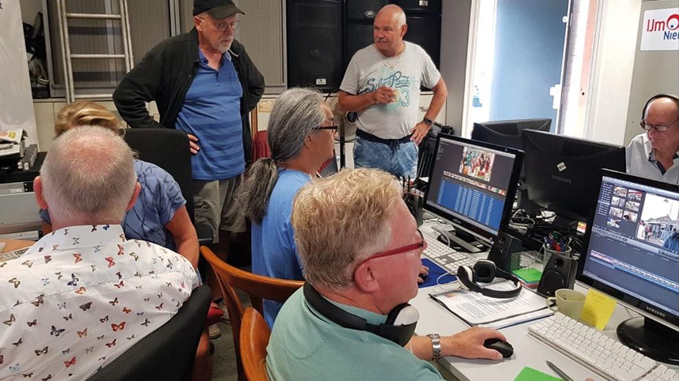 Vrijwilligers van IJmond Nieuws maken dagelijks reportages en programma's voor en over de IJmond.